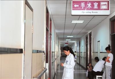 伤者妻子王医生在手术室门口等待。本报记者王苡萱摄