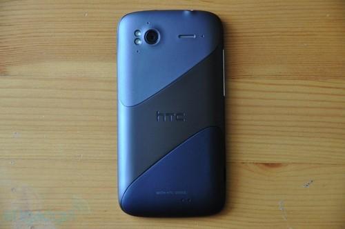 HTC Sensation采用不对称的背壳设计