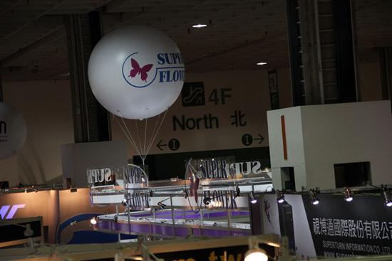 Computex2011现场,你完全不用担心找不到振华的展台,一个印着他们LOGO的大大气球在半空中悬浮。看得出来他们对这次展会以及展台设计上很用心,值得其它品牌学习。