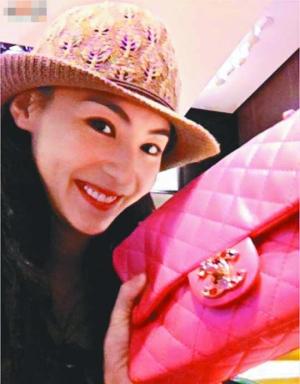 锋芝现身中环名店选购情人节礼物。柏芝在名店选了一个数万元的粉红色手袋,并把礼物上载微博,与粉丝分享。
