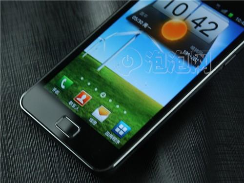 在机身背面并不是纯平的,在手机的底部扬声器部分会有一点点凸起。手机的电池后盖整体是塑料材质的,上面有很多细小的凸点,拿在手里可以防滑和防油污、指纹。