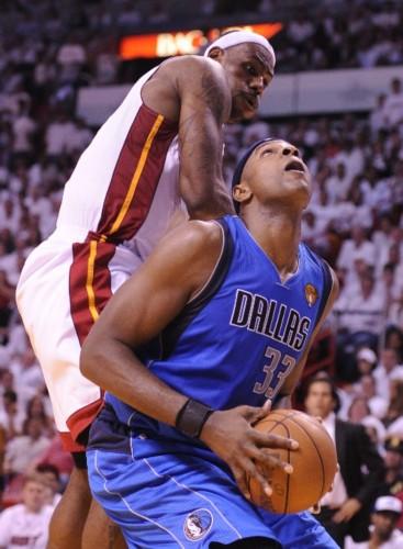 图文:[NBA总决赛]热火擒小牛 詹姆斯防守海伍德-热火擒小牛 詹姆斯图片