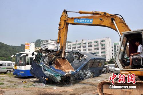 324辆非法营运黑车销毁现场。 作 者:许觉辉