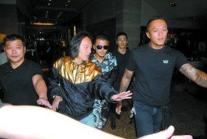 昨日,谢霆锋在马来西亚被媒体追拍,没回应任何传闻。