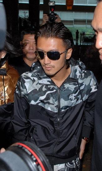 昨日,谢霆锋现身马来西亚的希尔顿酒店,戴着黑超墨镜,全程大批保安相随。他没有回应任何提问,只微笑提醒在场媒体小心不要撞到。