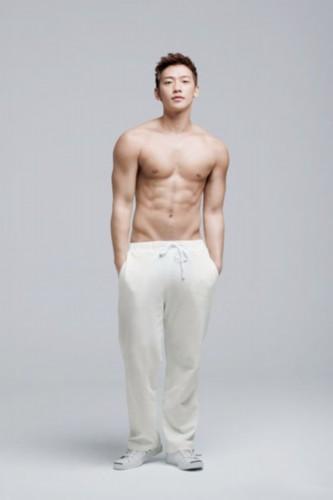 rain拍型男写真 裸露上身秀健硕肌肉(组图)