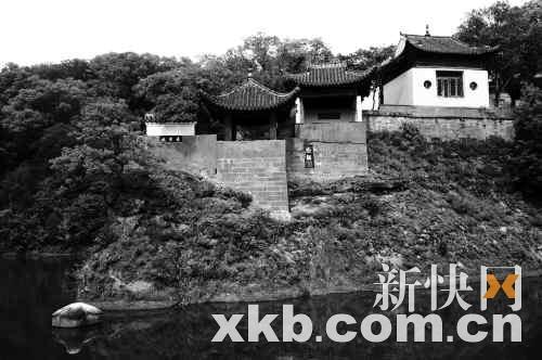 这是当年东坡赤壁临江的石壁 新华社发