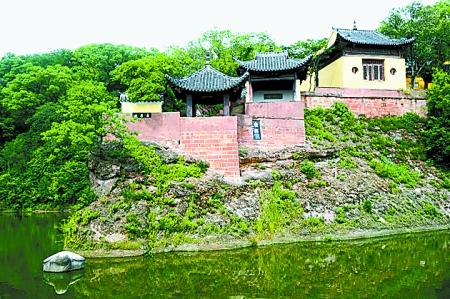 当年东坡赤壁临江的旧址已不复昔日景观