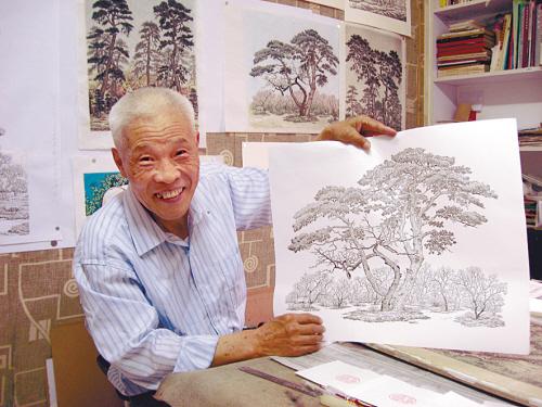 ...画   画一棵古松需要数万笔描画,他坚持画松十几年,创作版画几...