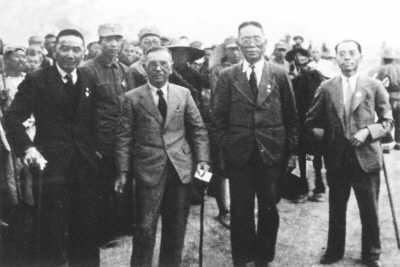 南洋华侨慰劳团陈嘉庚(前左二)、李铁民(前左一)、侯西反(前右二)等人抵达延安时留影。