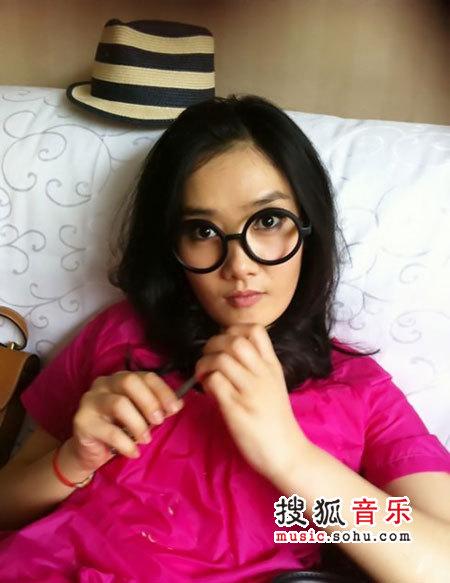 凤凰传奇女主唱玲花微博自发素颜照