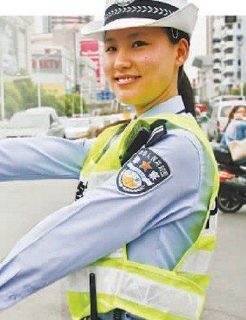 南京女交警酷似韩国女星全智贤 执勤视频爆红网络