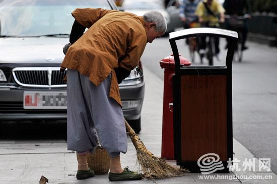 草老太_延安路上,正坐在绿化带边砍草的老太太.