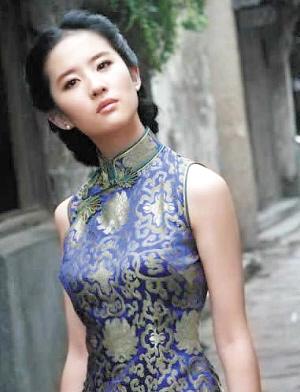 夏天巧穿旗袍展东方风情图