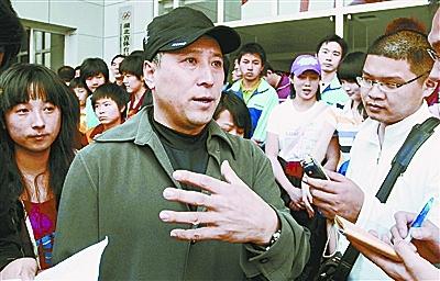 """李永波表示,""""全力支持武汉申办汤尤杯。""""图为此前李永波来武汉时受到了众多球迷们的热情追捧。"""