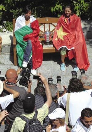 决赛前一天,李娜、斯齐亚沃尼身披国旗造势。