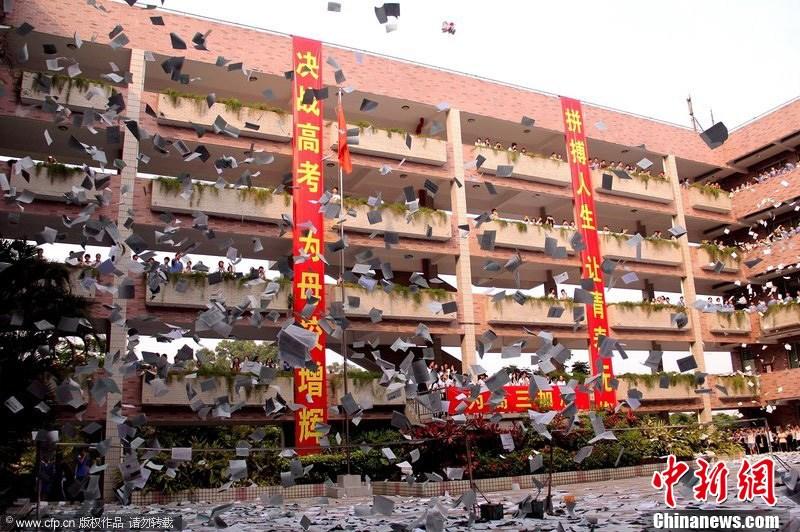 深圳高三学生抛卷迎高考 十五万张试卷漫天飞