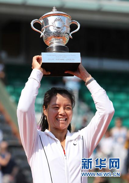 6月4日,李娜在颁奖仪式上高举奖杯。当日,在2011年法网女单决赛中,中国选手李娜以2比0战胜意大利选手斯齐亚沃尼,夺得冠军。这是亚洲选手第一次夺得大满贯赛单打冠军。新华社记者高静摄