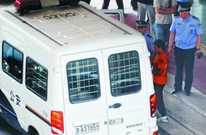 肇事司机被警方带走调查。昨日,该司机醉酒驾车,撞伤路人,打伤民警。本报记者 杨杰 摄