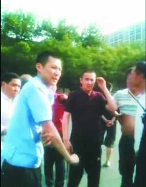 一民警执法时被车辆拖行,受伤后表情痛苦。视频截图