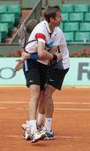 图文:2011法网男双冠军诞生 夺冠拥抱一起庆祝
