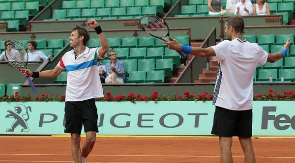 图文:2011法网男双冠军诞生 夺冠高举双臂庆祝