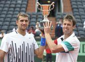 图文:2011法网男双冠军诞生 冠军组合高举奖杯