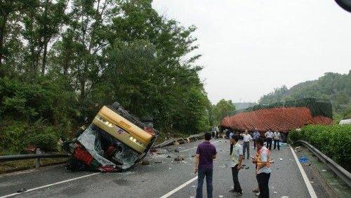 6月4日在广东惠河高速惠州段拍摄的事故现场。新华社发(王建桥摄)