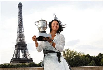 李娜在埃菲尔铁塔下展示法网冠军奖杯。图/东方IC
