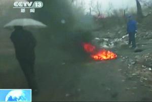 哈药总厂制剂厂焚烧垃圾,有时不分地点,随意进行。本组图片/据央视视频截图
