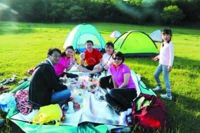 5日,本报百余网友读者赶赴森林动物园,看景致,观动物,野餐聚会.