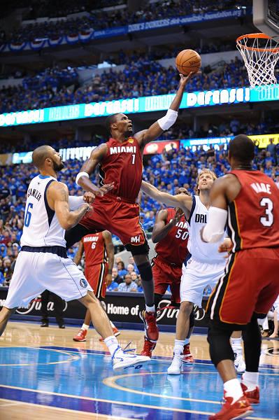 图文:[NBA总决赛]热火胜小牛 波什托举上篮