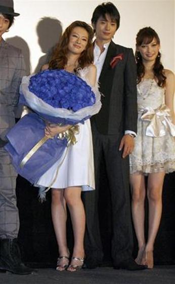 《天堂之吻》首映 向井理献北川景子百朵玫瑰