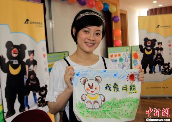 """6月1日,大陆明星孙俪作为亚洲动物基金""""拯救黑熊""""爱心大使,来到上海实验学校国际部,与中外孩童一起画""""月熊"""",呼吁更多人""""关爱月熊,拒用熊胆""""。潘索菲 摄"""