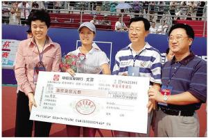 2004年,李娜在深圳龙岗体育公园夺得国际女子网球挑战赛冠军。