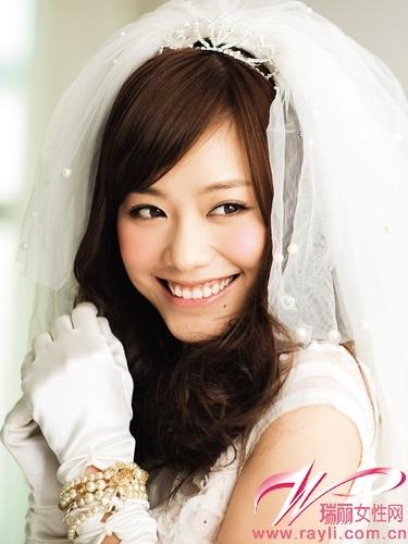 浪漫田园新娘粉色妆容VS镂空花纹连衣裙