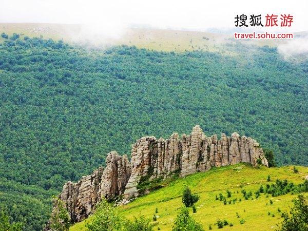阿斯哈图石林海拔1700米,分布在山顶上 来源:木星来到地球(搜狐博客)感谢!