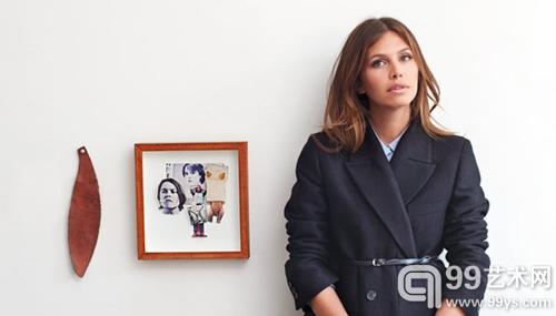 朱可娃站在一幅莎拉-卢卡斯(Sarah Lucas)的拼贴画旁,照片摄于她的朋友威克费尔德在纽约的家中。
