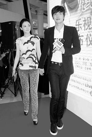 当天恰逢邓孙大婚,宣传剧集的李小冉却心情不佳,笑容欠奉,一被问到婚事之类的话题就数度黑脸。