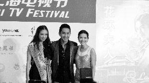 泰剧《花环夫人》女主角Aom(右)、男主角Captain、女二号Pang(左)获粉丝追捧。