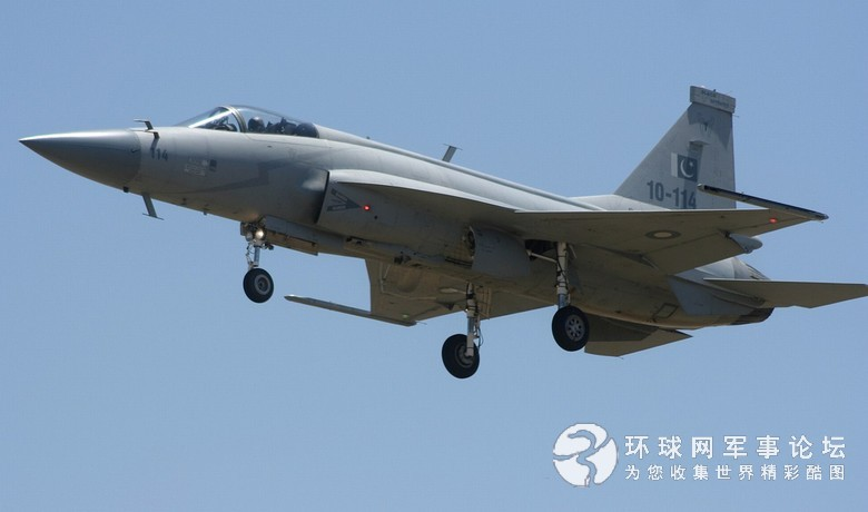 枭龙战机首次在国外航展上空飞行表演(组图)