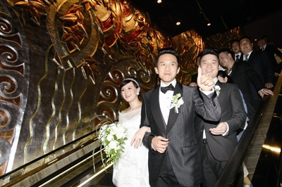 昨晚6时,邓超,孙俪这对新人出现在婚礼现场 约图/周萌;; 邓超孙俪昨