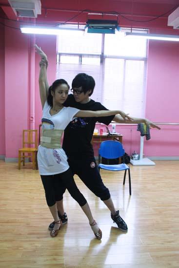佟丽娅排练舞蹈