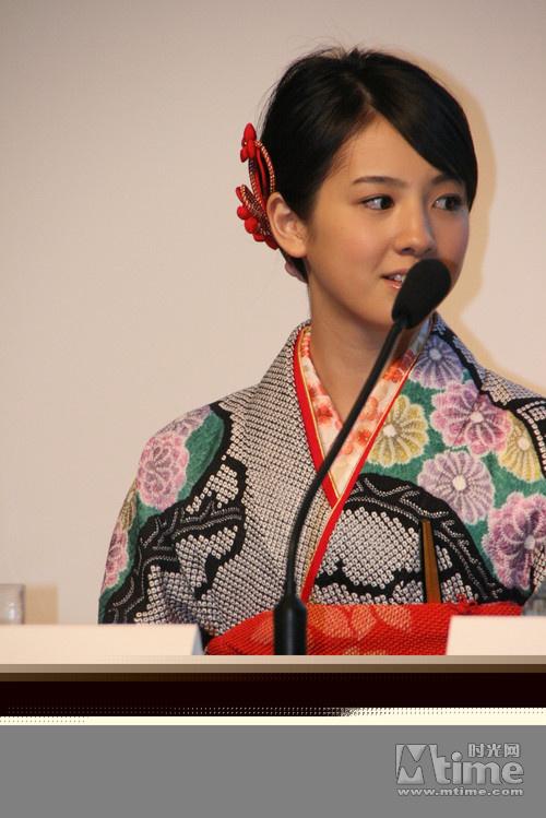 盛装出席发布活动的樱庭奈奈美
