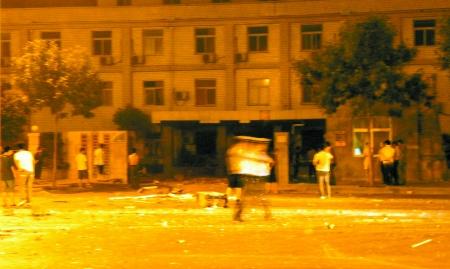 昨日凌晨,办公区的伸缩大门被震到马路中间。办公楼的碎玻璃和建筑碎片被冲击波震到了马路对面。