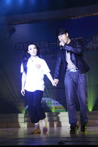 1、 北京电影学院学生曹波(右)、鲍微(左)深情演唱《祝福》。