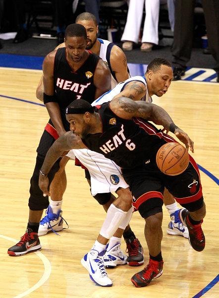 詹姆斯/北京时间2011年6月10日,NBA总决赛继续进行。