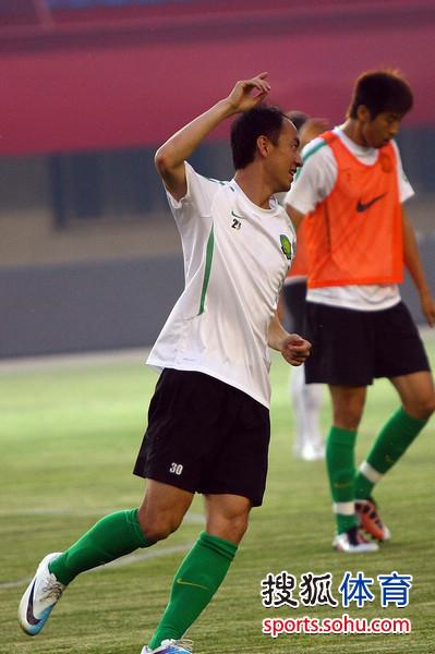 图文:[中超]国安赛前备战 张永海庆祝进球