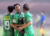 图文:[中超]河南1-1北京 徐亮与队友庆祝