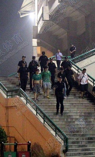 个别滋事球迷被警方带走